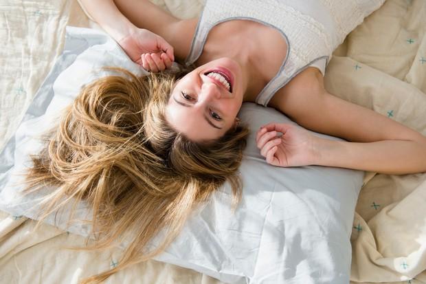Kaj najprej naredite, ko zjutraj zvoni vaša budilka? 1. Najmanj enkrat še pritisnem tipko za dremež. (B) 2. Mukoma takoj …