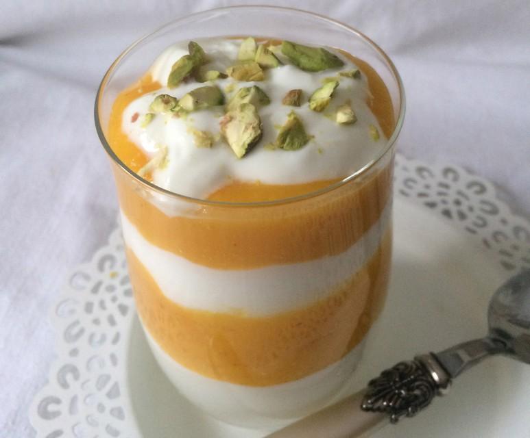 Slastno: Grški jogurt s sladkim mangovim pirejem