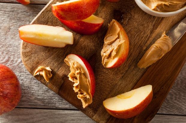 JABOLKO S KIKIRIKIJEVIM MASLOM Jabolko narežite na tanjše rezine in vsako premažite s kikirikijevim maslom. Ali mandljevim, če vam je …