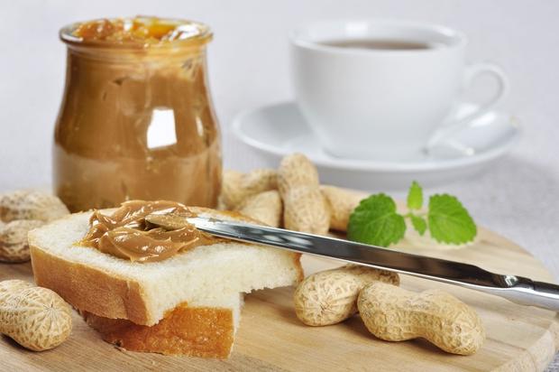 ARAŠIDOVO MASLO Z MANJ MAŠČOBAMI Arašidovo maslo naj bi bilo pripravljeno iz praženih arašidov, ki so zmleti v gosto kremasto …