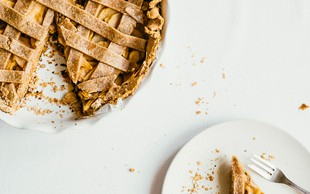 Veganska jabolčna pita iz pirine moke