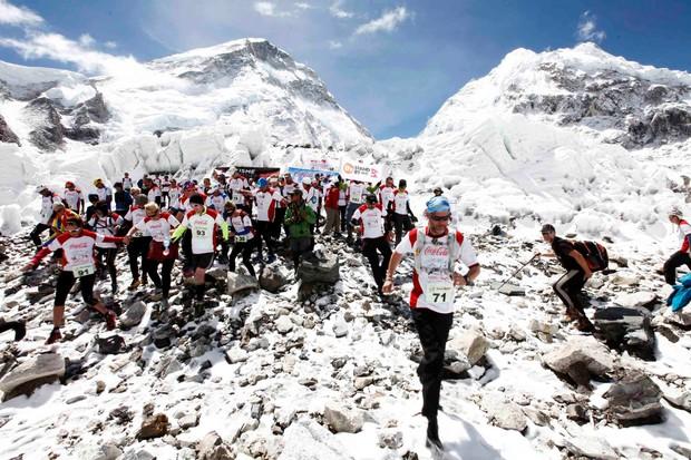 EVEREST Maraton ob vznožju najvišje gore na svetu Everest je seveda tek na najvišji morski višini na svetu. Začetek teka ...
