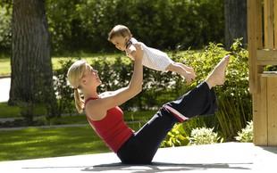VIDEO: Mamica med pospravljanjem naredi cel trening!