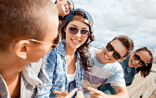 Zakaj je bolj pomembno ohraniti pristen čustveni stik z najstnikom, kot pa kar naprej godrnjati