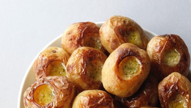 RECEPT: Pečen (in obložen) krompir v oblicah (foto: Profimedia)