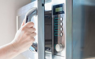 8 razlogov, da vržete mikrovalovno pečico iz kuhinje