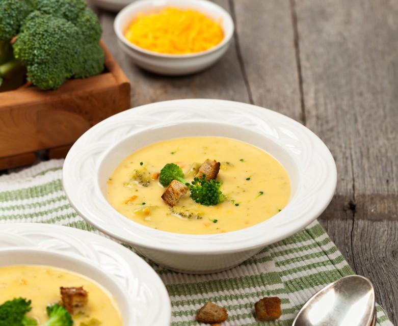 RECEPT: Kremna brokolijeva juha s cheddarjem