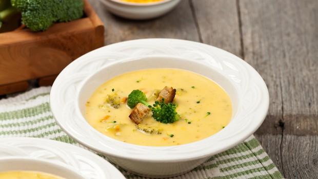 RECEPT: Kremna brokolijeva juha s cheddarjem (foto: Profimedia)