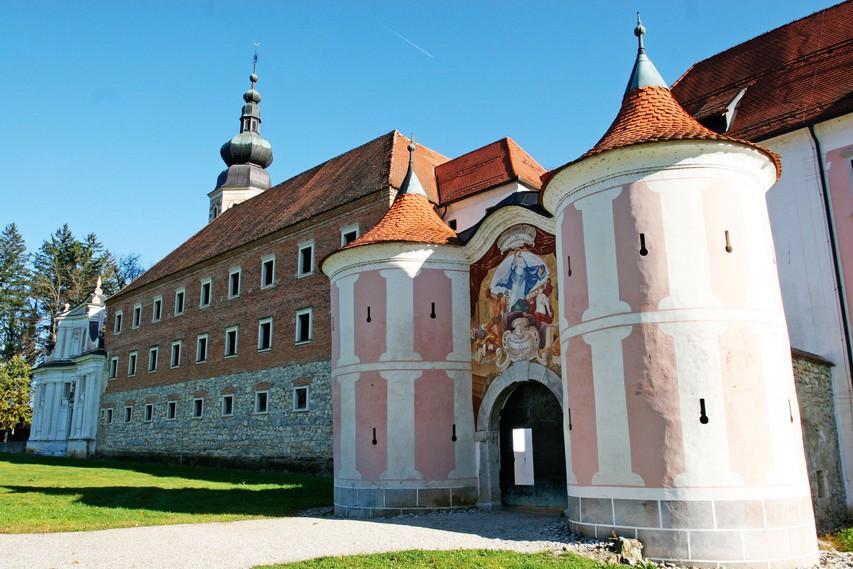 Galerija Božidarja Jakca ima svoje prostore v nekdanjem samostanu.