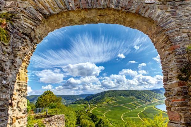 DOLINA REKE MOZELA, NEMČIJA Čeprav je Nemčija veliko bolj kot vinska država znana kot pivopivska destinacija, ljubitelji vin prisegajo na …