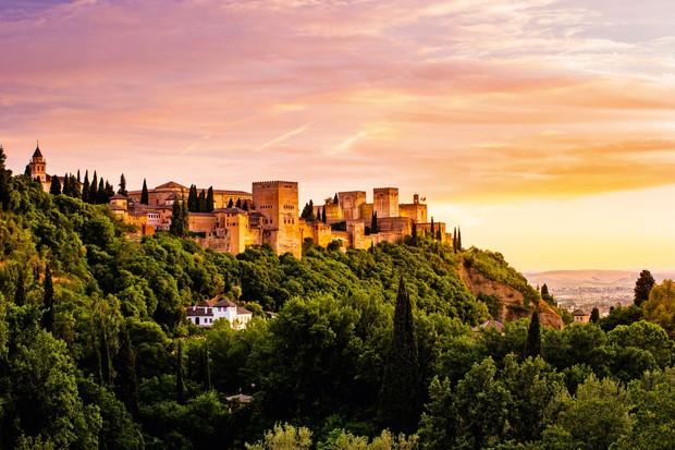 ALHAMBRA V GRANADI Bela, živahna, mladostna Granada je pod vznožjem gorske verige Sierra Nevada na stičišču štirih rek. Nič čudnega, …