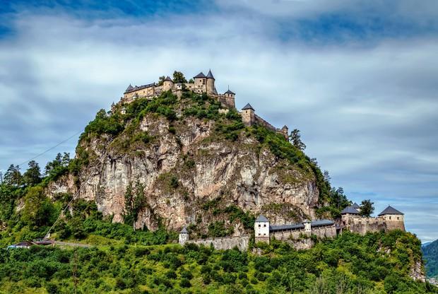Hochosterwitz, Avstrija Približno 20 kilometrov severovzhodno od Celovca je grad Hochosterwitz, eden najbolj osupljivih avstrijskih srednjeveških gradov, ki je bil …