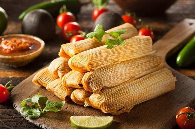 Gvatemala, Dominikanska republika, Mehika, Panama: Tamales - jed, pripravljena iz testa, polnjenega z različnimi nadevi: mesnimi, sirnimi, zelenjavnimi ali sadnimi. …