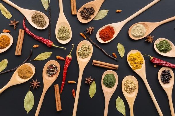 Poper okrepi učinkovanje kurkume. Polovici čajne žličke kurkume dodajte ščepec popra; to je mešanica, ki jo lahko dodate večini jedi.