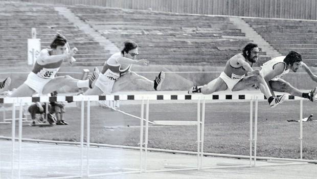 Janez Penca (drugi z leve) med nastopom v teku na 110 metrov z ovirami na jugoslovanskem državnem prvenstvu v atletiki sredi 70. let. (foto: Goran Antley, osebni arhiv Janeza Pence)