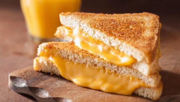 Topljeni sir v lističih ni pravi sir (foto: Profimedia)
