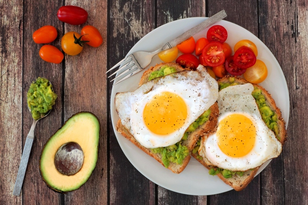 Polnozrnat kruh, zdrave maščobe in beljakovine. In še hitro pripravljeno. Sestavine: kos polnozrnatega kruha olivno olje (neobvezno) ¼ avokada 1 …