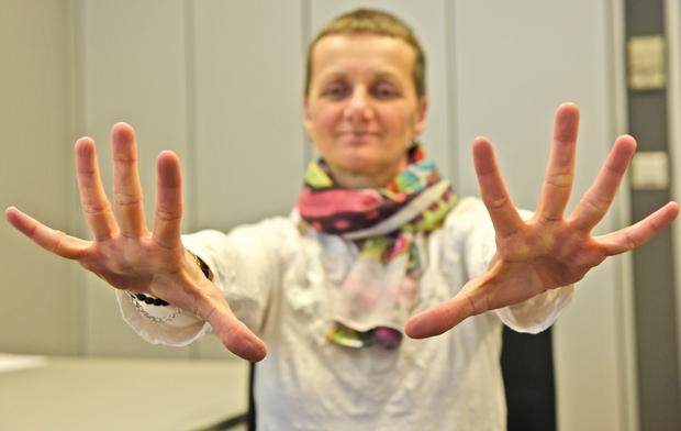 V nadaljevanju vam predstavljamo 3 vaje za razgibavanje ramen in rok. Vajam vključite še vaje za razgibavanje vratu: www.revija-liza.si/lepota-in-zdravje/joga-na-delovnem-mestu-4-vaje-za-razgibavanje-vratu.