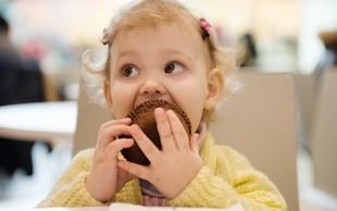 Skrb zbujajoči podatki: K debelosti otrok prispeva tudi oglaševanje nezdrave hrane