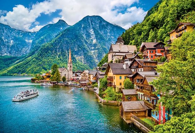 HALLSTATT, AVSTRIJA Eno najbolj očarljivih in največkrat fotografiranih avstrijskih objezerskih naselij ter eden najstarejših še vedno poseljenih krajev v Evropi …