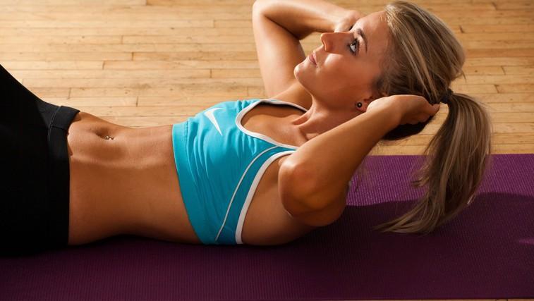 Vaja za trebušne mišice, ki jo morate začeti izvajati že danes (foto: Profimedia)