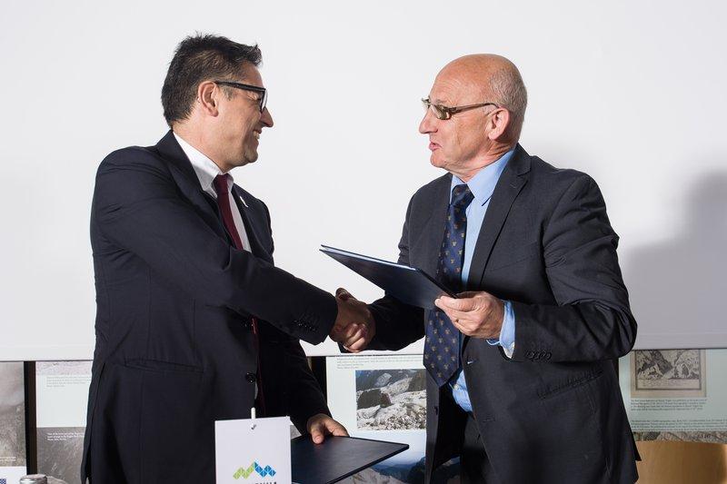 Luca Santandrea, direktor franšize za Hrvaško, Slovenijo in Bosno v Coca-Coli Adria, in predsednik Olimpijskega komiteja Slovenije-Združenja športnih zvez Bogdan Gabrovec podpisala štiriletno pogodbo o sodelovanju.