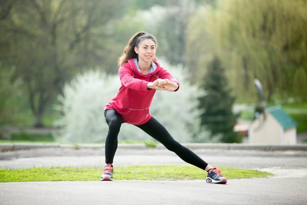 Stranski izpadni korak Zgornji del telesa naj bo vzravnan. Prenesite težo skozi stopala in pete in se upognite kolikor vam …