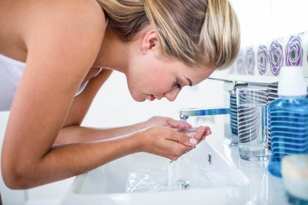 Obraz si umivate (pre)pogosto, pri tem pa uporabljate agresivna mila. Preizkusite teden ali dva tako: zvečer si umijte obraz z …
