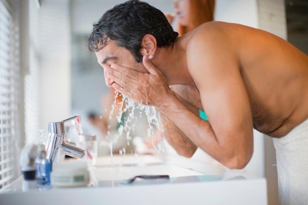 Potem, ko ste si obraz dobro zdrgnili z milom, tega sperete z vročo vodo. Vam morda dobro dene, koži pa …