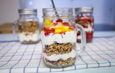 VIDEO: Zajtrk v kozarčku z domačo granolo v prahu