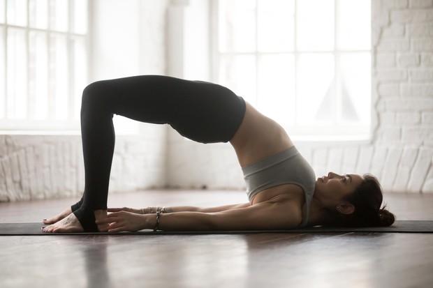 Dvigovanje zadnjice Ulezite se na hrbet s pokrčenimi koleni in stopali na tleh. Dvignite zadnjico tako visoko, kot zmorete. Spustite …