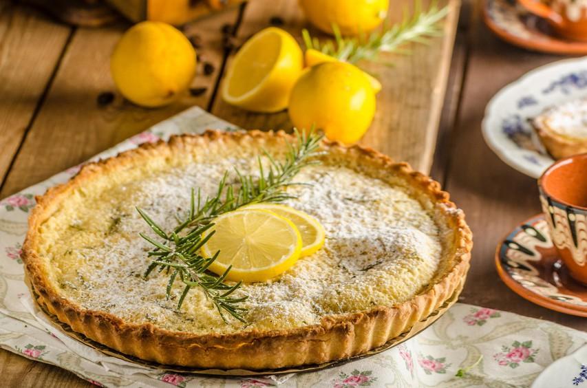 RECEPT: Zdrava in osvežilna limonina pita (brez moke in sladkorja)