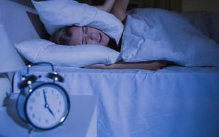 Kaj pomeni, če se ponoči vedno zbujate ob enaki uri?