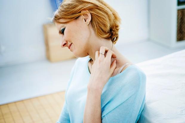 Ker se težave s ščitnico lahko pojavijo v kateremkoli življenjskem obdobju, ne bo škodilo, če jo imate pod nadzorom. Simptomi ...