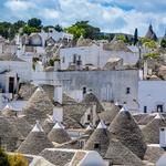 Alberobello (Apulija) in trullo, nenavadna kamnita bivališča s stožčasto streho so pod Unescovo zaščito. V njih lahko celo prespite. (foto: Profimedia)