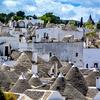 Alberobello (Apulija) in trullo, nenavadna kamnita bivališča s stožčasto streho so pod Unescovo zaščito. V njih lahko celo prespite.