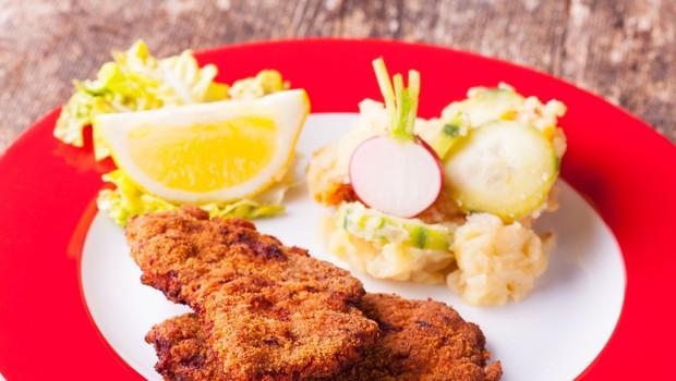 Dunajski zrezek s krompirjevo-kumarično solato (foto: Profimedia)