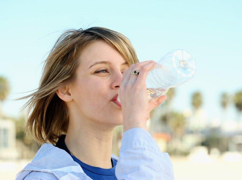 Preprečite dehidracijo in izboljšajte svojo prebavo s sprehodom.