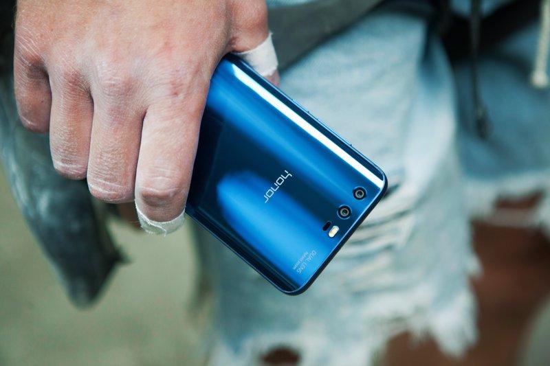 Honor 9 je na voljo v ledeniško sivi, biserno modri in beli barvi
