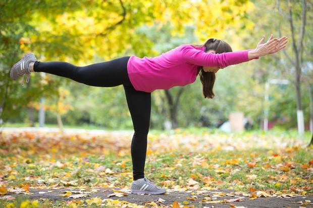 Bojevnik III S tem položajem preizkusite ravnotežje in utrdite zadnji del telesa, gležnje in noge. Začnite tako, da se postavite …