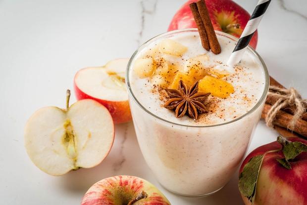 Jabolčno-karamelna kombinacija Potrebujete: ¾ skodelice mleka ¼ nesladkanega jabolčnega soka 1 jabolko 1 čajno žlico nesladkanega karamelnega sirupa Led