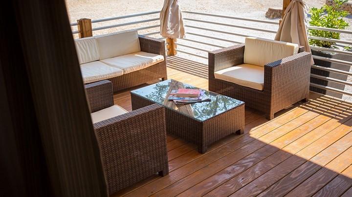 Vsaka mobilna hišica ima moderno pokrito teraso z ležalniki in vrtno garnituro, ki ponuja udoben pogled na morje.
