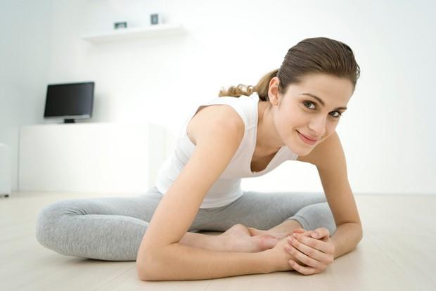 Usedite se na tla, pokrčite kolena in stopala postavite skupaj. S pomočjo rok oziroma komolcev potisnite kolena čimbolj proti tlom. ...