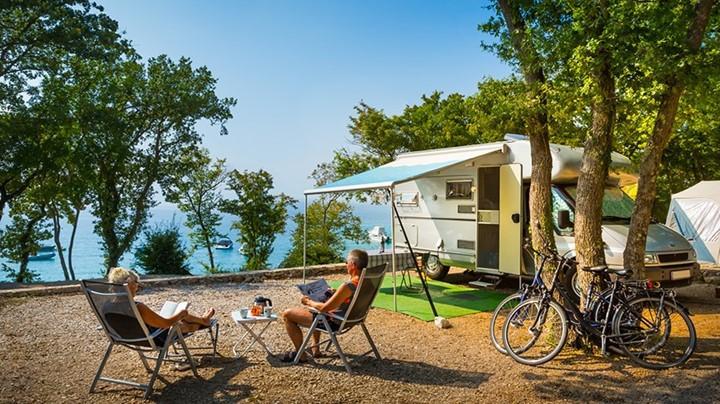 Parcele za kampiranje so površine cca 120m² in se nahajajo v senci hrastovega gozda.