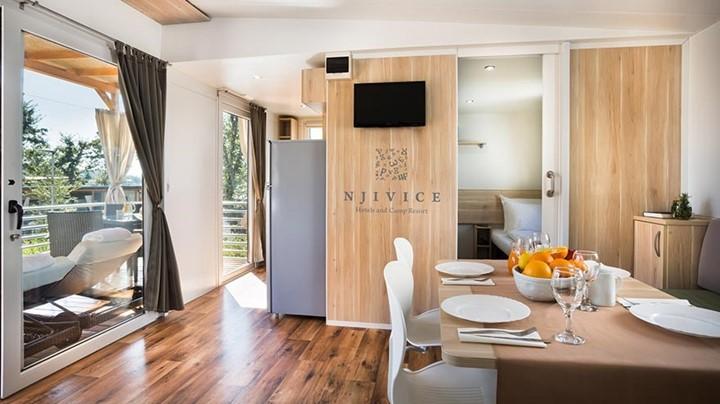 Mobilne hišice v kampu Njivice so površine 32m² do 36m², z dvema ali tremi spalnicami, dnevno sobo, kuhinjo in z eno ali dvema kopalnicama.
