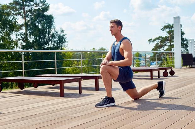 Izpadni korak z dvigom kolena Noge postavite v širino ramen. Stopite korak nazaj z desno nogo in upognite levo koleno …