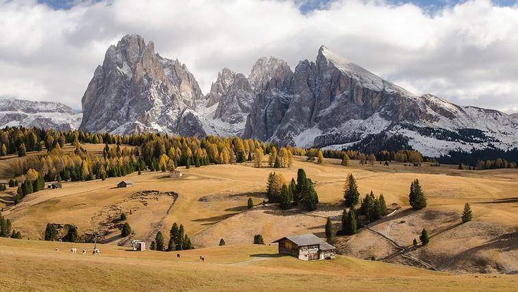 Alpe di Siusi - Gorovje Sassolungo, na desni Sassopiatto (foto: Matevž Lavrič)