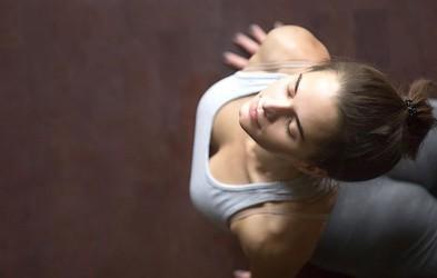 5 jogijskih vaj, s katerimi lahko popravite škodo, ki si jo delate s sedečim delom