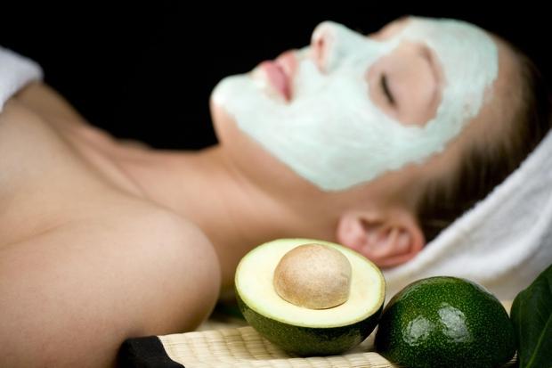 Osvežilna maska za suho kožo Potrebovali boste avokado, kavna zrna in mleko. Priporočljivo je, da avokado zaradi vsebnosti dobrih maščob ...