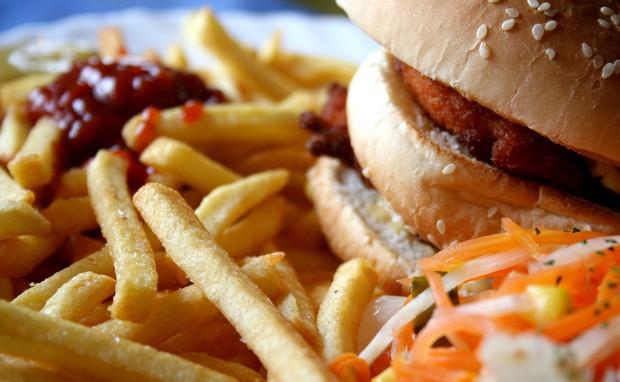 Predelana hrana vas zasvoji Ko si privoščite ocvrt krompirček iz restavracije s hitro hrano, imate nenadoma željo po hamburgerju in ...